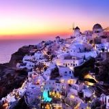 Вид на вечерний город Ия, остров Санторини, Греция